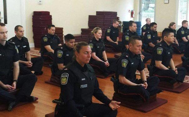 Policiais Meditando