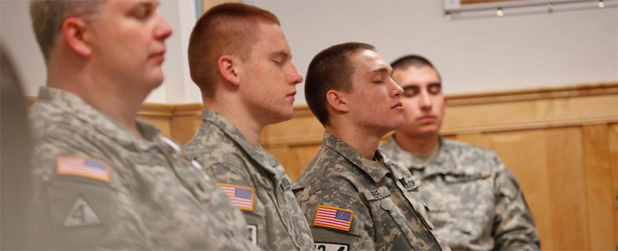 Militares Americanos Meditando